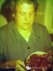 La abuela Cefe con una cazuela de cangrejos