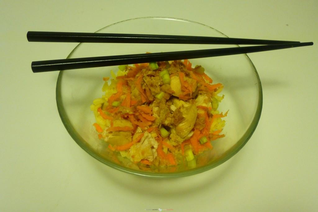 ensalada oriental de arroz y pollo con crujiente