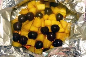 Mango y cerezas en papillotte