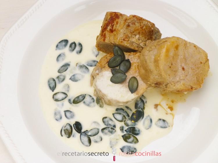 Solomillo de cerdo con salsa de queso y semillas de calabaza